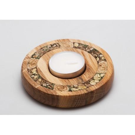 Medinė žvakidė, dekoruota žolynų stiebais