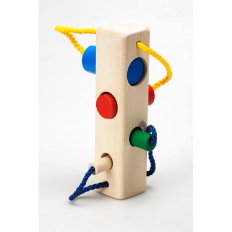 Medinis žaidimas su kištukais